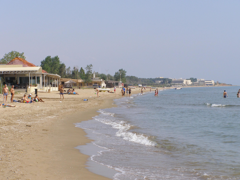 Силно слънце чист плаж приятна